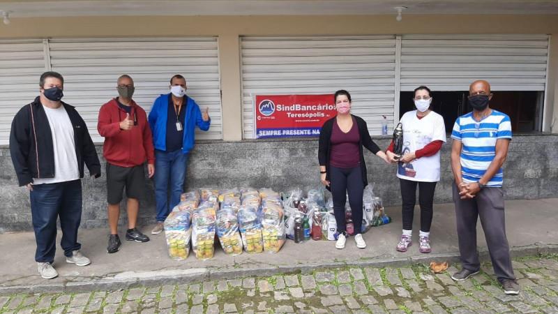 Bancários arrecadam e distribuem alimentos